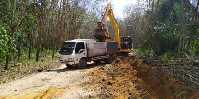 TMMD Kodim 0426 Penimbunan Jalan Badarou Indah Terus Berlanjut