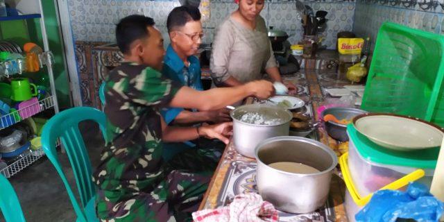 Kebersamaan Warga Masyarakat dengan Perjurit Satgas TMMD Nampak Saat Makan Bersama
