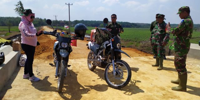 Dandim 0426 Letkol Inf Kohir Kroscek Ruas Jalan dan kondisi warga di Lokasi TMMD