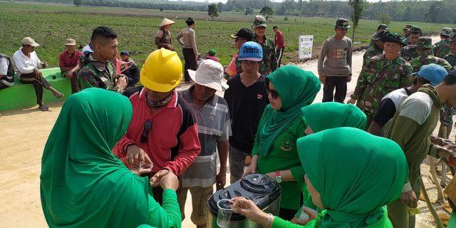 Tak Mau Kalah, Persit KCK Cabang XLIX Ikut Gotong Royong Dalam TMMD