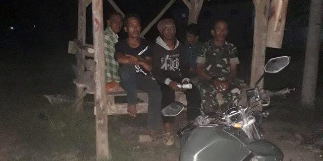 Ciptakan Rasa Aman, Babinsa Kontrol Ronda Malam di Desa Binaan.