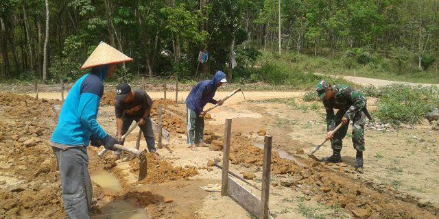 Babinsa Koramil 426-01/Mesuji melaksanakan Gotong Royong Pembuatan Rumah Warga.