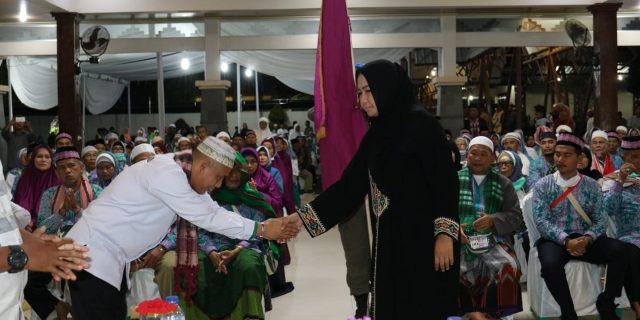 Bupati Tuba Hj. Winarti,SE,MH menyambut kedatangan Jamaah Haji