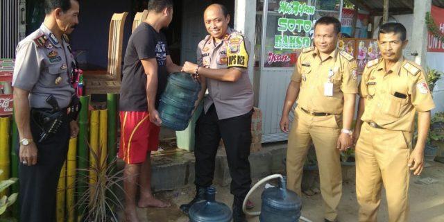 Polres Tuba Bagikan Air Bersih di Dua Kampung