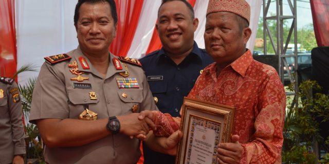 Kapolda Lampung Berikan Piagam Kepada Warga Di Momen Peresmian Polres Tulang Bawang Barat