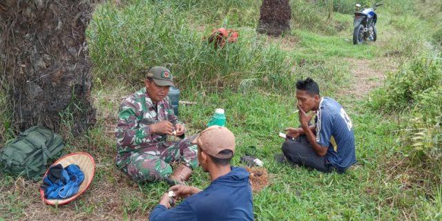 Jalin Kebersamaan, Serda Sukardi Babinsa Koramil 426-02/Menggala Datangi Warga di Kebun