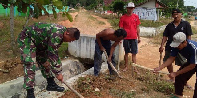 Serda Ahmad Najmi gotong royong bersama Warga Rk. 01 Desa Adi Mulyo kec. Panca Jaya