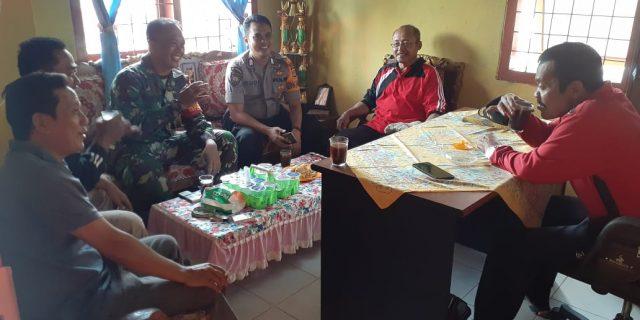 Babinsa Koramil 426-02/Menggala dan Babinkamtibmas Anjangsana Sosialisasikan Covid-19 Kepada Aparatur Kampung