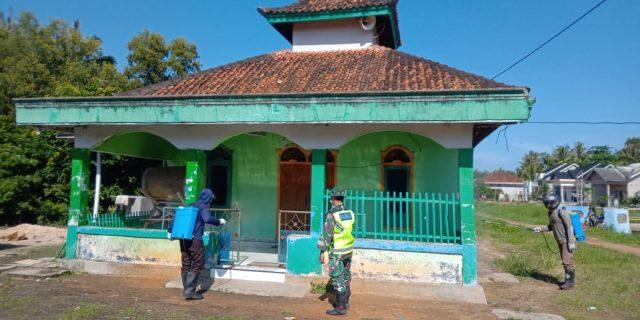 Cegah Penyebaran Covid-19 Babinsa Koramil 426-03/Rawajitu Semprot Desinfektan di Desa Sidang Iso Mukti