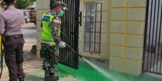 Babinsa Koramil 426-01 Mesuji & Babinkamtibmas Semprot Desinfektan Cegah Covid-19