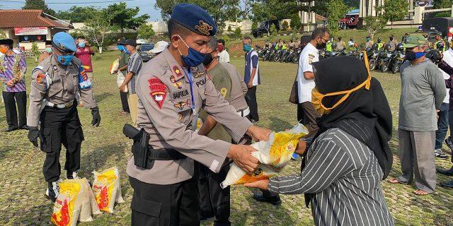 Polres Lampung Utara Bersama Brimob, TNI dan PT. Nakau Bagikan 5000 Karung Beras Kepada Masyarakat