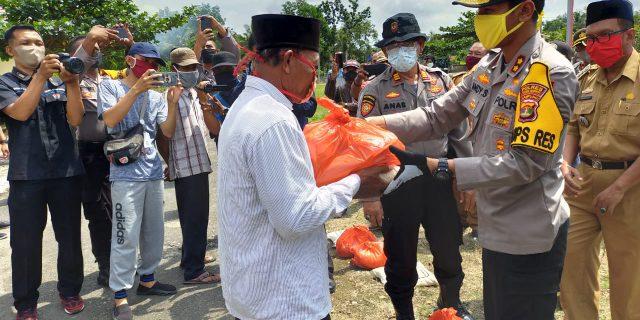 Polres Tulang Bawang Bagikan Ratusan Paket Sembako, Kapolres : 10 Kampung Yang Terima Bantuan
