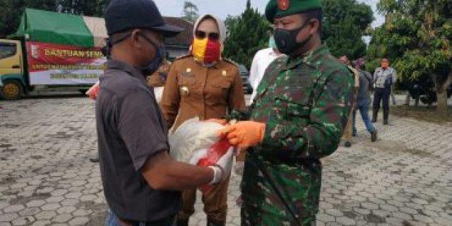 Dandim 0426 Selaku Wakil Ketua Gugus Tugas Covid-19 Turut Serahkan Bansos Kepada Masyarakat Tulang Bawang