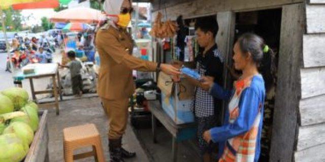 Bupati Hj.Winarti Serahkan Langsung Bantuan 3.450 Paket Sembako ke Masyarakat Menggala