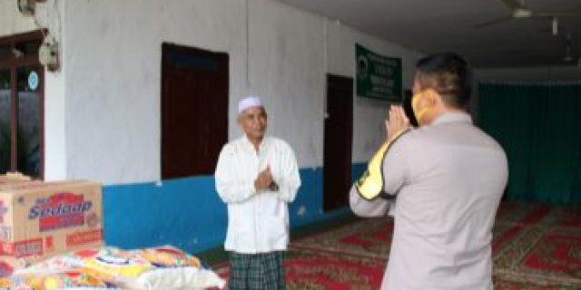 Jalin Hubungan Harmonis, Kapolres Lamteng Berikan Sembako Ke Pondok Pesantren Mojoagung