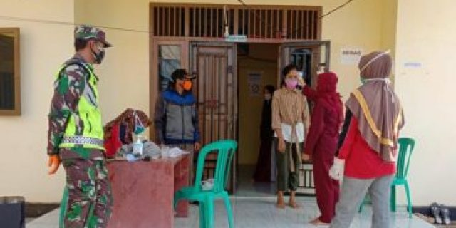 Babinsa Koramil 426-02 Menggala Dampingi Bidan Desa & Aparat Kampung Cek Kesehatan Warga Usai Karantina Mandiri.