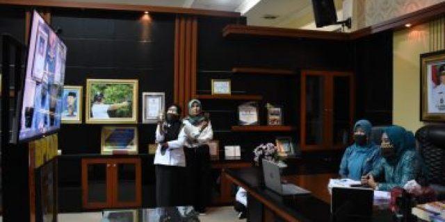Ny.Kornelia Umar Ahmad Vicon dengan Ny.Riana Sari Arinal Junaidi di Ruang kerja Bupati Tubaba