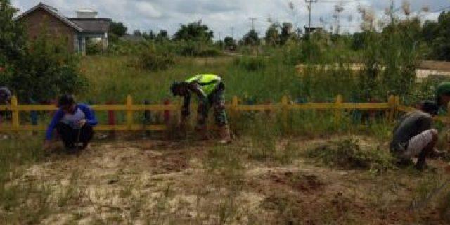 Sertu Budiman Babinsa Koramil 426-03 R.jitu, Kodim 0426 TB Bantu Warga Bersihkan Tempat Karantina Mandiri