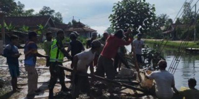 Sertu Widarson Babinsa Koramil 426-03 Rawajitu, Kodim 0426 TB gotong royong Bersama warga masyarakat
