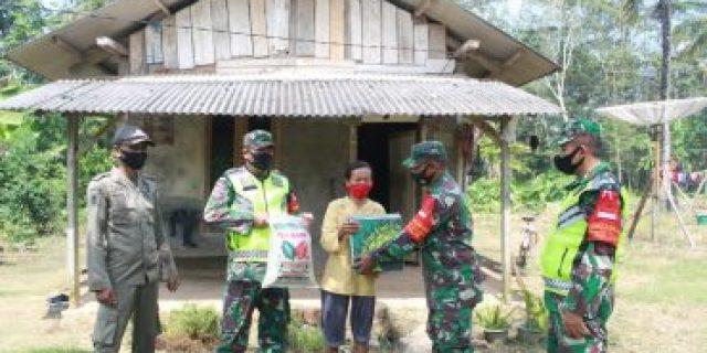 Babinsa di Kab. Mesuji berikan Sembako kepada masyarakat yang kurang mampu
