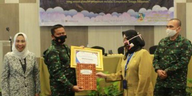 Komandan Kodim (Dandim) 0426/Tulang Bawang Letkol Inf Kohir terima piagam penghargaan dari BKKBN Provinsi Lampung.