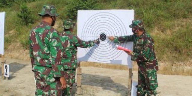 Kegiatan menembak dipimpin langsung oleh Perwira Seksi Operasi Kodim 0426/TB Kapten Inf Arief Affuan.