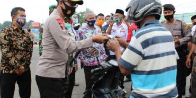 Kapolres Tubaba Hadi Saeful Rahman S.I.K Bersama Tim Gugus Tugas Covid-19 Turun Kejalan Raya Bagikan Masker