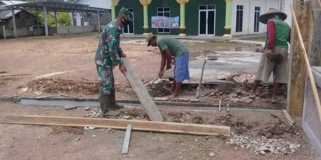 Babinsa Sertu Hery Bergotong royong Membangun Tempat ibadah (Masjid)