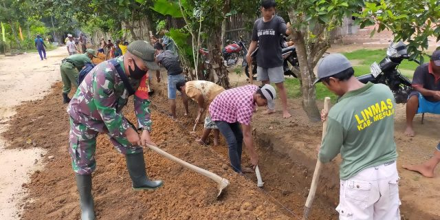 Babinsa Koramil 426-01/ Mesuji Melaksanakan Gotong-Royong Membuat Saluran Air di RK 04 Desa Harapan Mukti