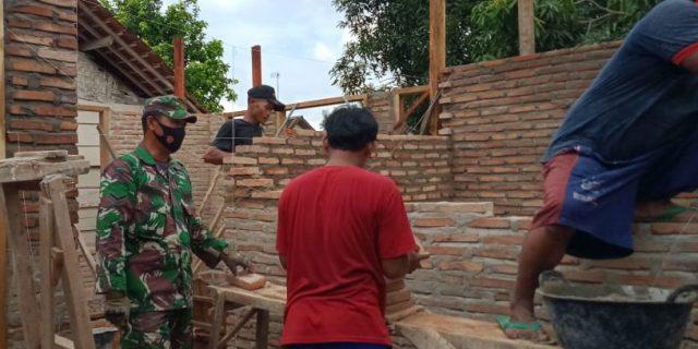 Babinsa Serda Sukardi ikut Serta Membangun Rumah Warga